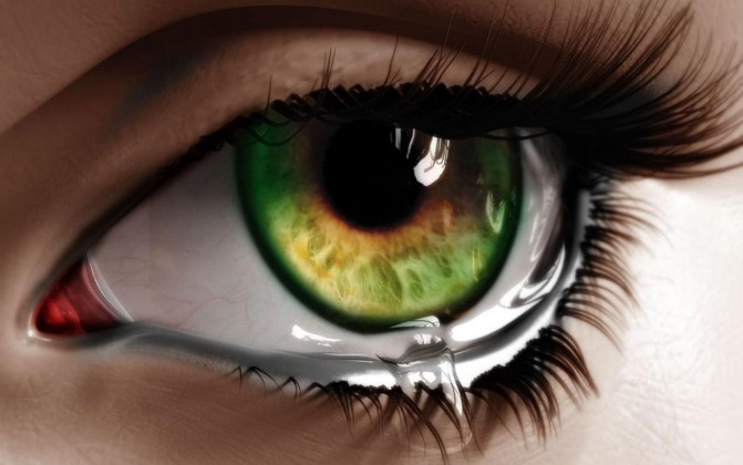 Девушка плачет в линзах