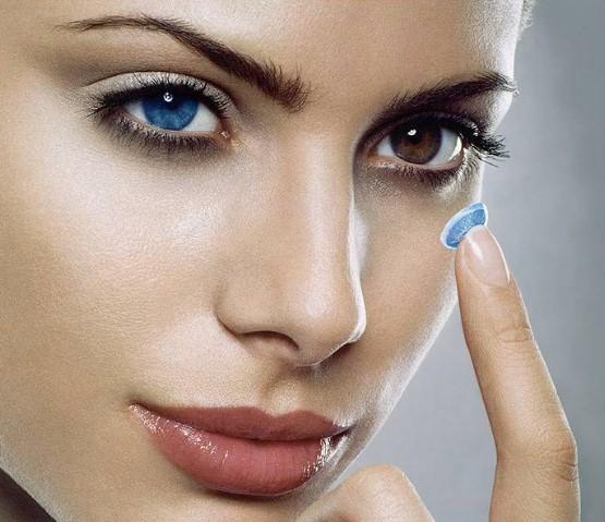 Голубая линза на карем глазе