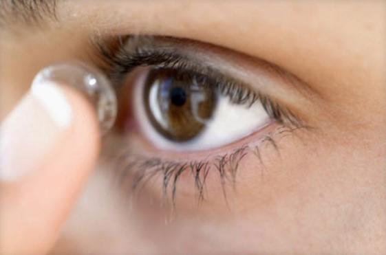 Как одевать контактные линзы