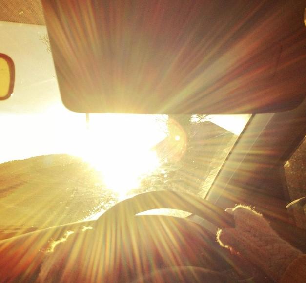 Солнце мешает водителю
