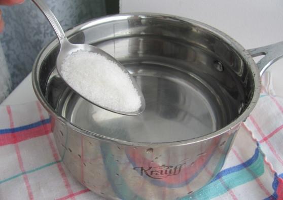 Жидкость из воды и соли для хранения линз
