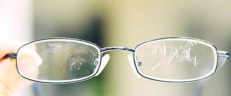 Грязное стекло в очках