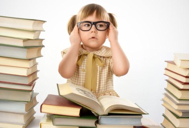 Ребенок в очках перед книгами
